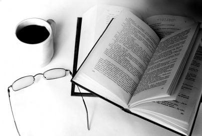 scrivere penna libro occhiali