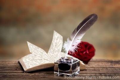 Penna e calamaio con libro aperto