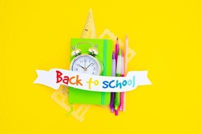 ritorno a scuola con matite e altro materiale didattico
