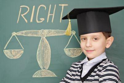 bambino con cappello e bilancia sullo sfondo concetto educazione giustizia