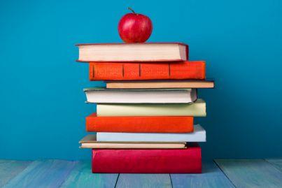 una pila di libri con una mela sopra concetto studio scuola