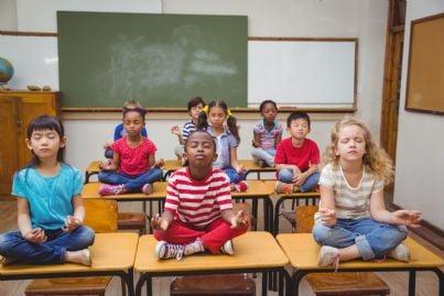 bambini che fanno meditazione a scuola