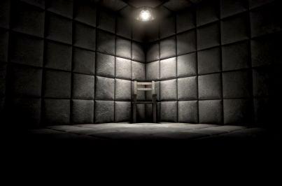 sedia vuota in una stanza imbottita di ospedale psichiatrico