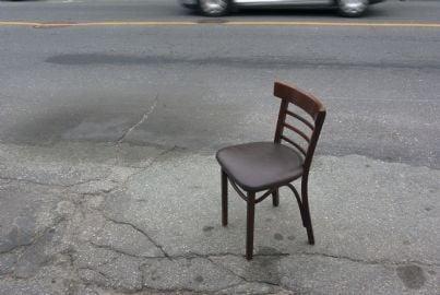 sedia parcheggiata sulla strada al posto di auto