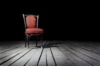 sedia vuota stagliata sulla parete