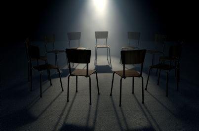 tante sedie in una stanza buia