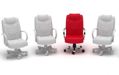 sedie da ufficio bianche e una rossa