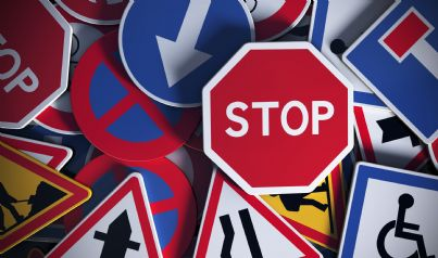 una serie di segnali stradali