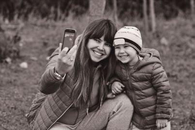 madre con figlio scatta selfie
