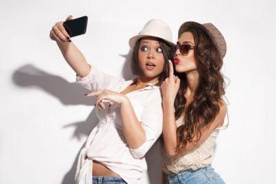 due ragazze in posa sexy che scattano selfie