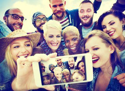 selfie tra gruppo di amici