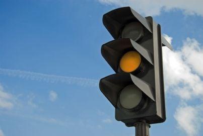 semaforo con luce gialla