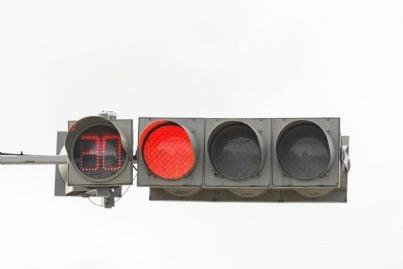 semaforo rosso con numero regolatore per conto alla rovescia