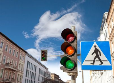 segnali stradali luminosi e quadrati di attraversamento pedonale