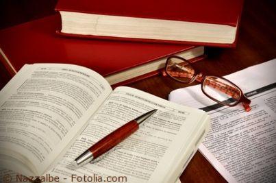 libro penna e occhiali