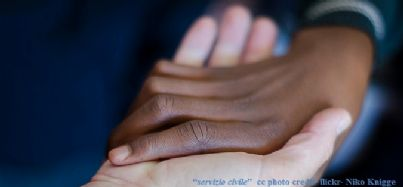 Una mano che ne tiene un'altra in segno di solidarietà
