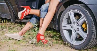coppia che fa sesso in auto