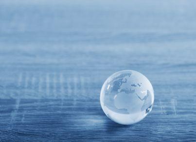 una sfera di vetro con mondo