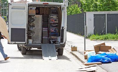 trasloco dopo sgombero in camion in strada