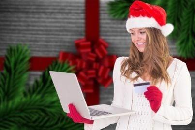 Donna che fa shopping online in abbigliamento natalizio