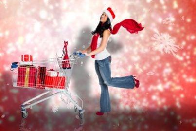 Donna con carrello della spese in abbigliamento natalizio