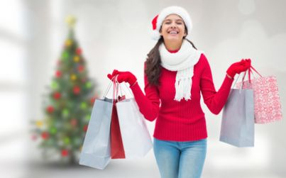 Ragazza con buste dello shopping in ambiente natalizio