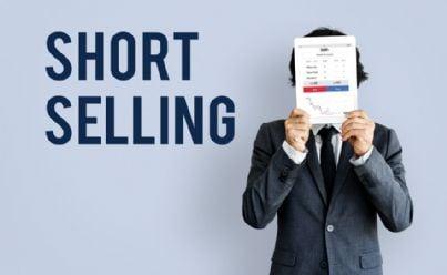 uomo mostra grafico di short selling in borsa