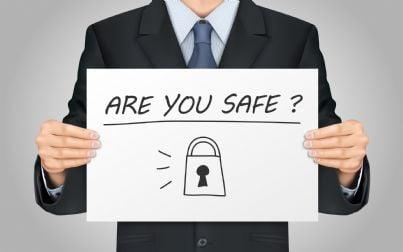 uomo con cartello su sicurezza informatica