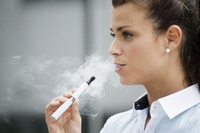 ragazza fuma una sigaretta elettronica