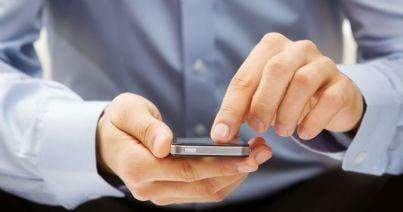 Smartphone tenuto in mano