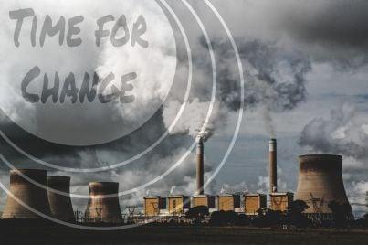 smog nel cielo con fabbriche sullo sfondo