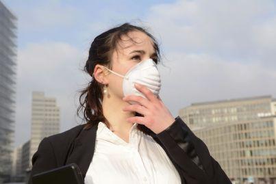 donna indossa mascherina anti smog