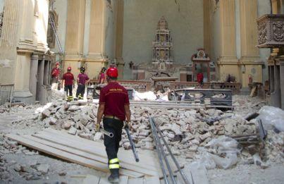 volontari soccorso durante terremoto