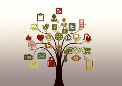 Albero con vari simboli a rapresentazione del mondo dei social network