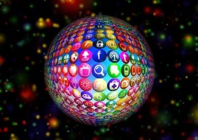 Globo terreste con icone dei diversi social network