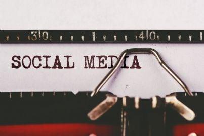 parole social media digitate su una vecchia macchina da scrivere