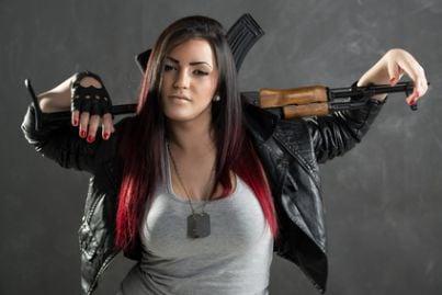Soldatessa con arma sulle spalle