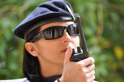 Soldatessa che parla alla radio
