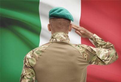 soldato militare che saluta bandiera italiana