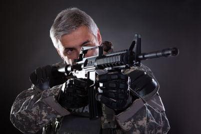 soldato con arma da guerra