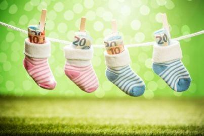 soldi dentro calzini dei bambini appesi sul filo