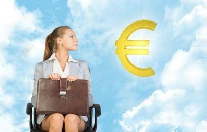 Donna seduta con sullo sfondo un cielo con poche nuvole e il simbolo dell'euro