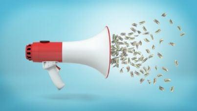 soldi che escono da un megafono concetto di restituzione tasse