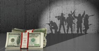 militari sullo sfondo con soldi in primo piano