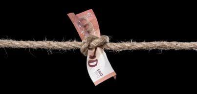 soldi stretti da corda concetto crisi