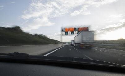 auto che sorpassa un camion in autostrada