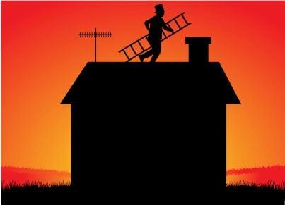 spazzacamino sul tetto con una scala