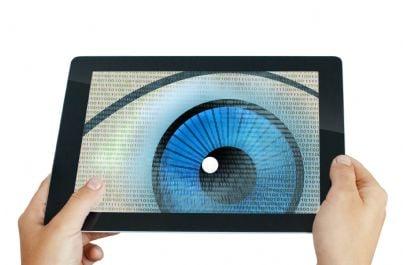 occhio che spia su tablet intercettato