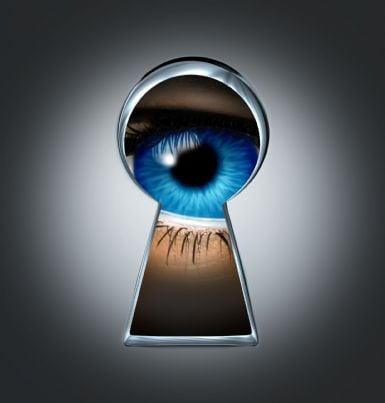 occhio che spia dal buco della serratura