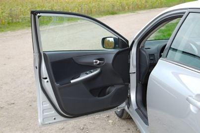 auto con lo sportello aperto